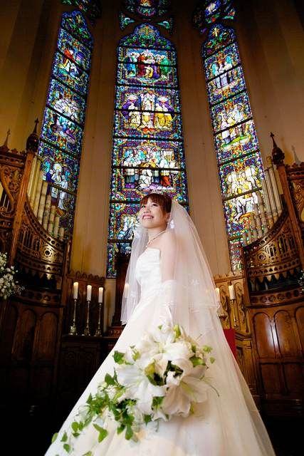 荘厳なステンドグラスの前でウェディング♡参考にしたいブライダル・結婚式のアイデア☆