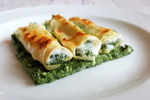 I cannelloni ricotta e spinaci sono un grande classico delle tavole italiane. Un primo che non può mancare nei giorni di festa.