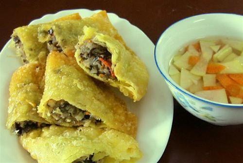 Banh Goi - une sorte de gâteau local est fait de la farine de riz, viande hachée et oeuf de caille. On le sert souvent avec la saumure aigre-douce, salade de papaye et des légumes frais