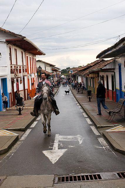 Imagen de una persona montando a caballo en Salento, Quindio.