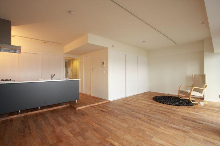 縦長の部屋に、平行ではなく垂直にキッチンを置いたら、リビングは広々使えるか?いまだに、部屋の中心であるキッチンをどう配置すればいいのかの決め手がよくわかっていません。