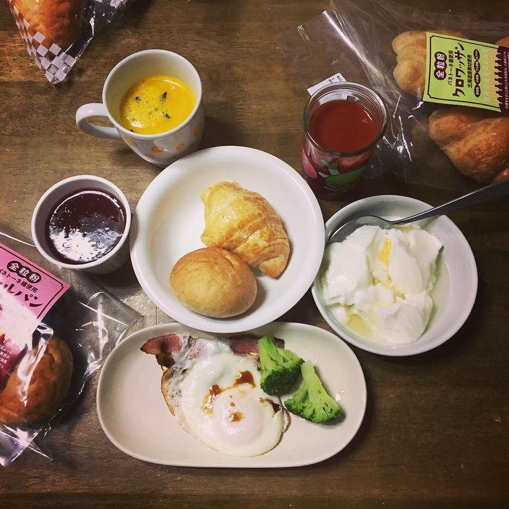今日の #あさごはん #パン #ヨーグルト #目玉焼き #かぼちゃスープ #トマトジュース #いちごジャム #ブロッコリー