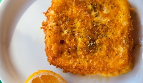 Σαγανάκι τυρί    Υλικά:  110-120 γρ. γραβιέρα ή κεφαλογραβιέρα, λίγο αλεύρι, λάδι για το τηγάνισμα, ρίγανη (προαιρετικά)    Εκτέλεση: Η φέτα του τυριού καλό είναι να έχει πάχος τουλάχιστον 1,5 εκ. Την περνάτε γρήγορα από κρύον νερό κι απ' τις