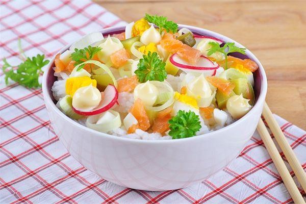 Sałatka z łososiem i ryżem