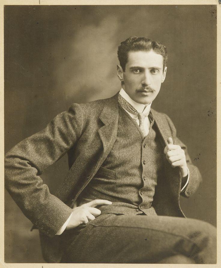 """[Anonyme]. Lucien Daudet, probablement. [Vers 1905 (?)]. Photographie originale. Tirage argentique d'époque (204 x 167 mm), contrecollée sur un carton annoté au verso """"Lucien Daudet"""". Petites taches ; un coup dans le papier"""