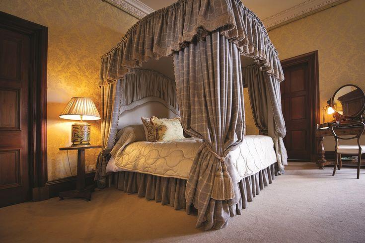 Шикарная кровать в замке-отеле