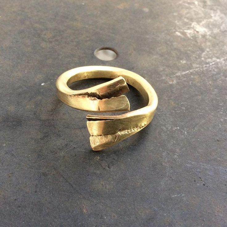 #Merrilldesign #Messing #brass #menstyle #mensfashion #mensjewellery #jewellery #limited #handmade #unique #unik #unikat #schmuck #smykker #jewels #hammer #hammered #metal #metalwork #forged #dansk #danishdesign #design #fashion #musthave #modern #womenfashion #rings #ring #ringe . Unik håndlavet messing ring. Forged unique brass ring