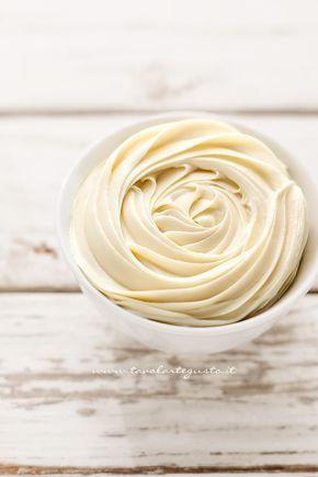 La Ganache al cioccolato bianco è una crema corposa e vellutata, perfetta per guarnire, decorare e farcire dolci, torte e cupcakes. La sua consistenza compatta e semi solida, permette di ottenere r…