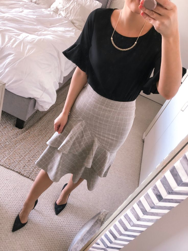 Popular fashion blogger Visions of Vogue shares the most versatile black ruffle top to wear from work to the weekend! Click here now for more info! #OOTD #officefashion