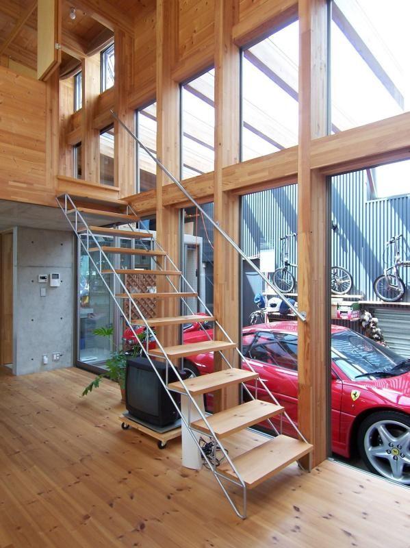 ダイニングからガレージ 透けた階段を裏側から見たところ Fevecasa フェブカーサ 家 階段 ガレージハウス