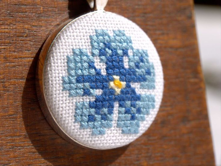 Mavi Çiçekli Etamin Kanaviçe Kolye. 239332 | zet.com