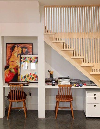 Escritório sob as escadas.  Fotografia: www.decorfacil.com