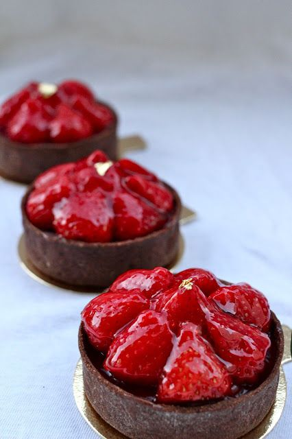 mini chocolate strawberry tarts