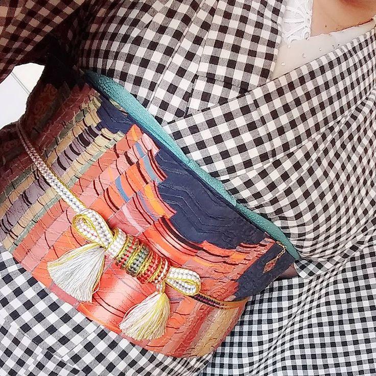 #帯締めアレンジ 先日のお稽古着物。 お稽古のあと、長ーい帯締めをどうするかという話になり、記憶の片隅にある変わり結びをあれこれしてみた。 写真これしかない。 何かに似ていると思ったら、これは…鳥居?笑 写真もっと撮っとけば良かったなー。 調べたら、色々なパターンがあって面白いです。 #着物 #japanesekimono #帯締め