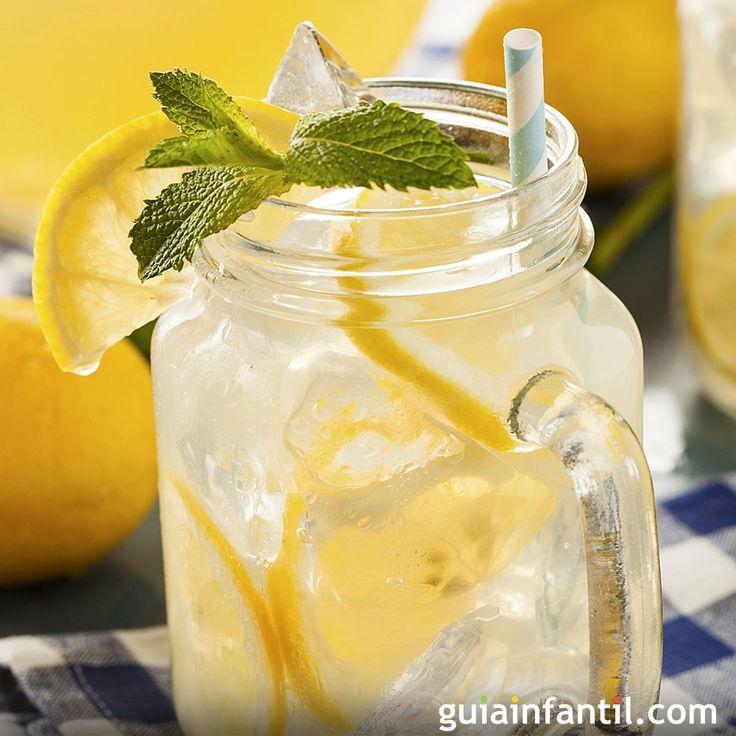 Receta de limonada casera. Cuando llega el calor los niños necesitan que les demos muchos líquidos. Haced juntos esta receta para niños de la tradicional limonada casera, una bebida refrescante y con vitamina C.