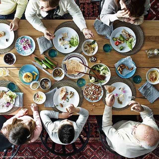 Mesele în familie pot aduce bucurii nemăsurate. #gesturimici #CatalogulIKEA2016 www.IKEA.ro/Catalogul_IKEA_2016