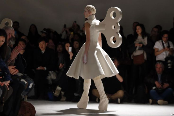 Seorang model mengenakan kreasi desainer fashion Inggris Gareth Pugh untuk koleksi siap pakai musim gugur/musim dingin 2014-2015 di Paris, Perancis.