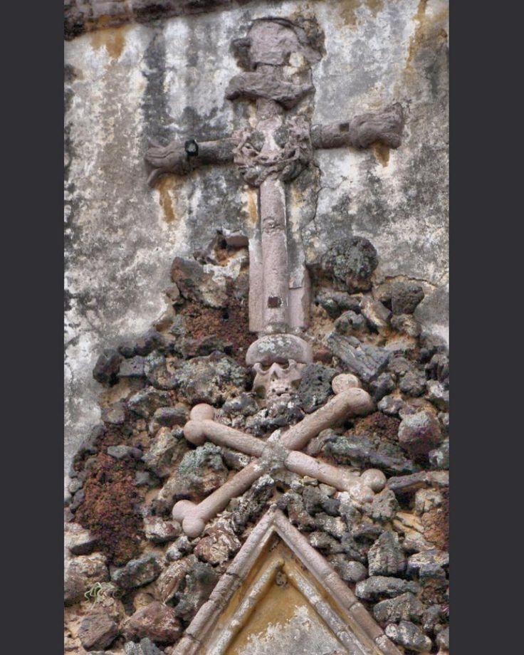 Detalle de la Catedral de la Asunción en #Cuernavaca #Morelos. Si bien no está claro el significado todo apunta a una remembranza al Golgota a la muerte de Cristo y la fundación de la Iglesia. #tbt