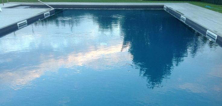 il cielo si specchia sull'acqua della nostra piscina