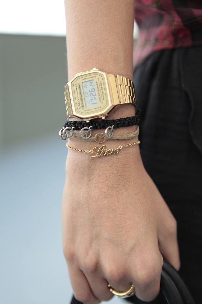 Al cuadrado. Detalle del reloj dorado de Casio.