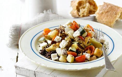 Ovnratatouille på quinoa Masser af hele fed hvidløg og andre skønne grøntsager - bagte og lækre.