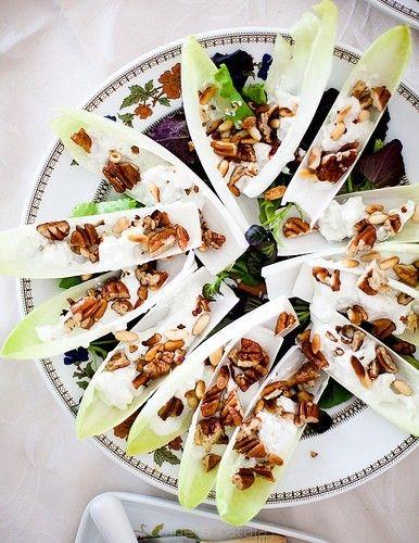 Салат с цикорием, рокфором и орехами (Оттоленги)