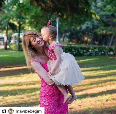 alcheracom#Repost @mavibebegim with @repostapp ・・・ Biz geçenlerde anne kız @alcheracom un anneler ve kızları için bir örnek çıkardığı Mom&Kids koleksiyonu için giyindik, rüya gibiydi ve çiçek perisi olmuştuk ikimiz de🌸 Tüm koleksiyonu inceleyebileceğiniz online satış sitesi de çok yakında açılacak🌸 Bizim için çok keyifli bir gündü, teşekkürler @alcheracom 🌸 Ben gerçekten de bu hayatta en çok anne olmayı, anneliği ve anneliğe dair herşeyi çok sevdim🙏 #alchera #alcheracom…