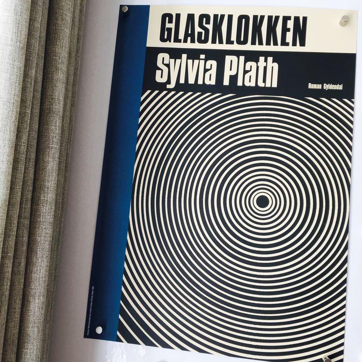 Den flotte plakat med omslaget til Sylvia Plaths GLASKLOKKEN er opdateret efter forlæg af den originale omslag til bogen fra dens premiere i 1953. Opdateringen har grafiker Alette Bertelsen stået for.  Plakaten kan jævnligt vindes på www.facebook.com/forlagetgyldendal og www.instagram.com/forlagetgyldendal