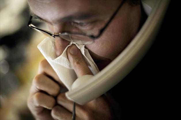 Veikö flunssa äänen? Yskänlääke ja kuuma juoma auttavat, mutta kaikkia teelajeja ja hapanta mehua ei kannata juoda