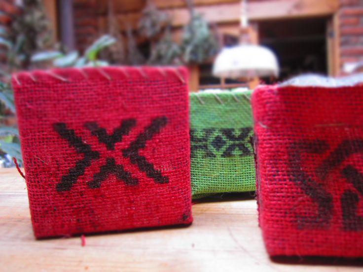 Más maceteros reciclados de cajas tetra-pack forrados con arpillera...
