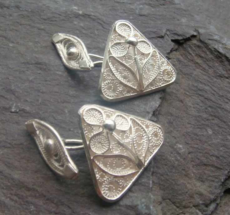 A perfect anniversary or special birthday gift. This beautiful pair of cufflinks features a three leafed flower, stem and petals. A simple outline filled with delicate filigree details, 100% handmade using tradtional filigree methods. The cufflink catch features a deilcate filigree swirl, stunning from both sides. Price: €110.00