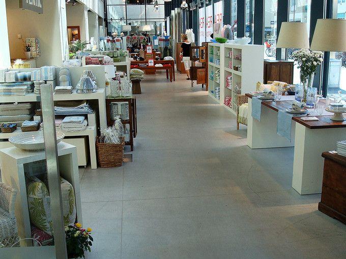 Galleria Dragarbrunn i Uppsala med Weber Designgolv. weber.floor 4650 Design Colour i grå kulör användes. För att ge ytterligare ett inslag i designgolvets levande yta frästes fogar in i ett rutmönster över golvet.