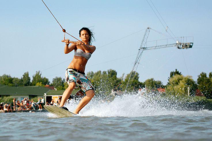 Fit durch den Sommer: Wakeboarding ist ein echtes Rundum-Training für den Körper.