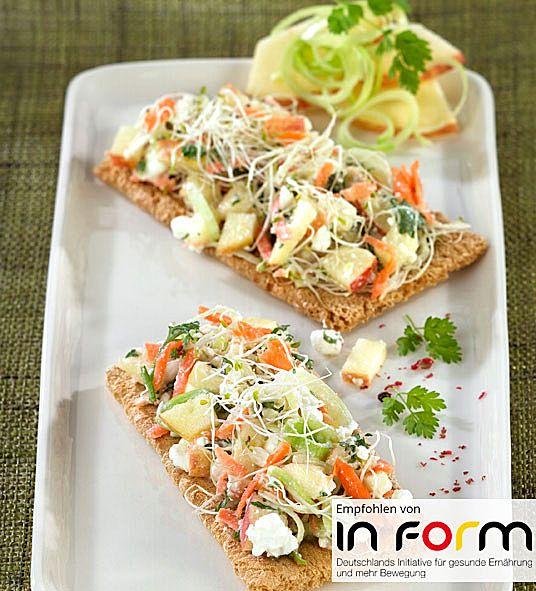 Hüttenkäse-Gemüse-Salat auf Knäckebrot