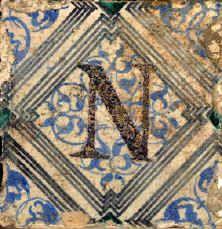 """Exposition Oiron d'objets céramiques issus des collections des musées de Parthenay, Bressuire et Thouars. Carreaux de faïence, pavement de la chapelle haute d'Oiron (deux-sèvres) vers 1545-1550. Certains documents évoquent par ailleurs le nom de """"Faïence de Oiron"""" pour des pièces de vaisselle d'apparat présentes dans différents musées."""