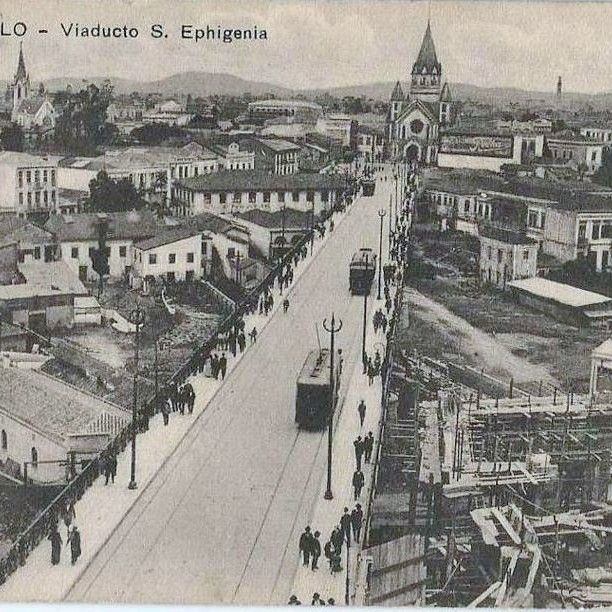 """Venha ver... Venha ver Eugênia... Como ficou bonito, o Viaduto Santa Efigênia... Um belo postal do viaduto Santa Ifigênia, possivelmente em data próxima da sua inauguração, acredito que final 1913 e início de 1914 (o """"viaducto"""" foi inaugurado em 26 de julho de 1913), pois ainda é possível ver o material das obras no canto inferior direito. No centro da imagem, a Igreja de Santa """"Ephigenia"""", do seu lado esquerdo, a Igreja Lutherana no Largo do Paiçandu e do lado superior direito, a torre da…"""