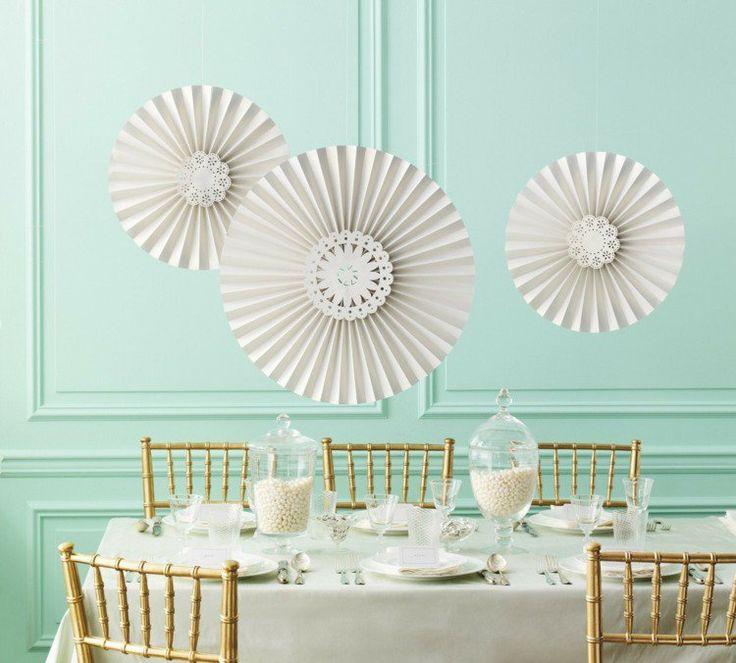 déco mariage en blanc et turquoise clair - pots à bonbons en verre et ornements en papier suspendus
