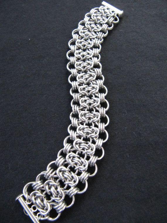 Deze armband is erg mooi en ziet er vrij elegante. Het aluminium is zeer helder en glanzend waardoor het lijken op sterling zilver.  Het meet 6 1/2 duim in lengte en is een inch breed. Ik gebruikte een gesp van de buis op het om te bezuinigen op de verspilde ruimte en geven u meer armband.   Laat het me weten als u vragen hebt of als u graag de armband een litte langer of korter. --Bedankt voor het kijken