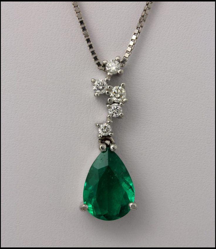 Ref. 3M Pendiente de esmeralda en forma de gota con diamantes de adorno en oro blanco.