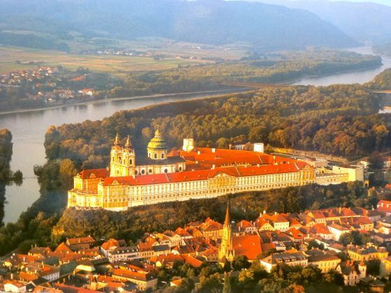 This is the aerial photograph of the Melk  abbey by the Danube in Melk Town.  http://blogs.yahoo.co.jp/whfsc363/66128602.html