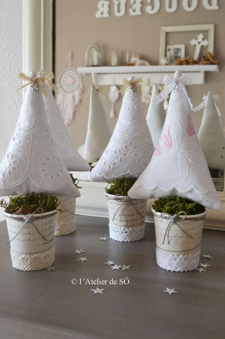 Sapin de Noël shabby en tissu brodé blanc : Accessoires de maison par latelierdeso