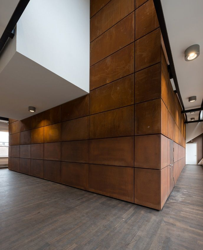 Cultural center NATLAB 2.0: corten steel wall, wooden floor. Cultureel centrum NATLAB 2.0: corten stalen wand, houten vloer.