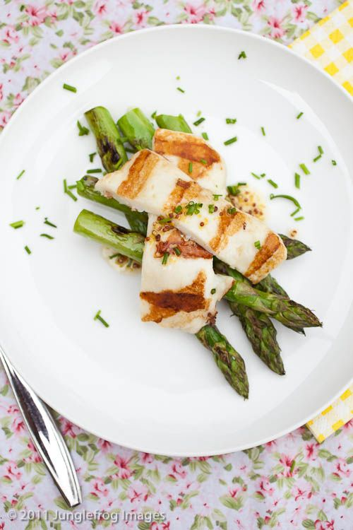 Grilled asparagus with grilled halloumi! Delicious. http://junglefrog-cooking.com/grilled-asparagus-with-grilled-halloumi/