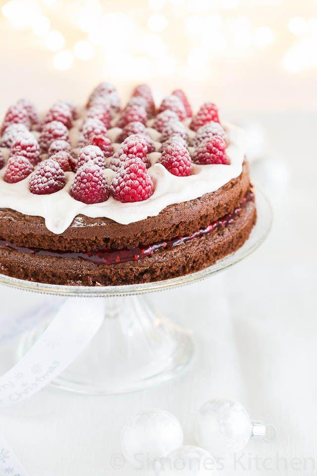 Deze overheerlijke dubbele chocolade frambozentaart is niet ingewikkeld om te maken maar wel een gegarandeerde winnaar voor een feestelijk kerst of ander diner!