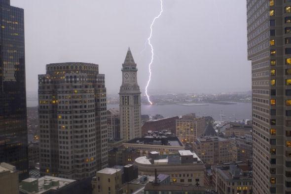 Lightning bolt hitting East Boston, 6/9: Crazy Weather, East Boston, Bolt Hit, Lightning Bolt, Hit East, Boston Waterfront, Fun Stuff, Easti Waterfront, Lights Strike