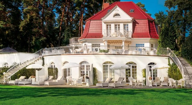 Villa Contessa Bad Saarow This intimate, 4-star hotel, the smallest first-class hotel in Germany, offers luxurious accommodation on the banks of the Scharmützelsee lake in Bad Saarow, 70 kilometres south-east of Berlin.