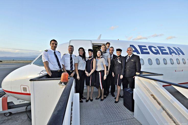 14. Πλήρωμα και προσωπικό εδάφους χαμογελαστοί στην είσοδο του αεροσκάφους στο Νίκος Καζαντζάκης στέλνουν τις ευχές τους από το Ηράκλειο της Κρήτης.