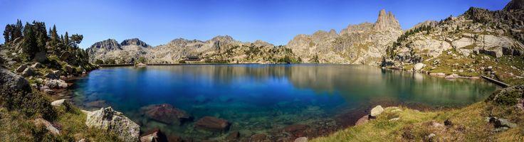 El refugio de Amitges, a 2380 m de altitud, es un refugio de montaña de los Pirineos, perteneciente al CEC (Centro Excursionista de Cataluña), que se encuentra en el término municipal de Espot, en la provincia de Lérida, junto al lago Grande de Amitges, en el Parque nacional de Aiguas Tortas y Lago de San Mauricio.  © de la foto Isaki   #sientetualma #espaciosparaelalma #espacios #naturales #naturaleza
