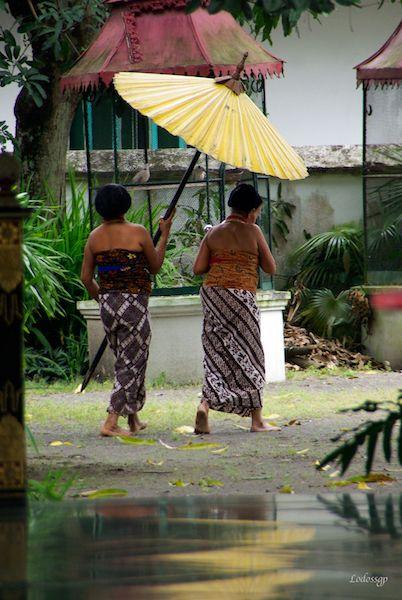 Servante au Kraton (palais du sultan) à Yogyakarta sur l'île de Java. recit de voyage d'indonésie : http://voyageur.autonome.free.fr/Indo2011/Indo2011.html