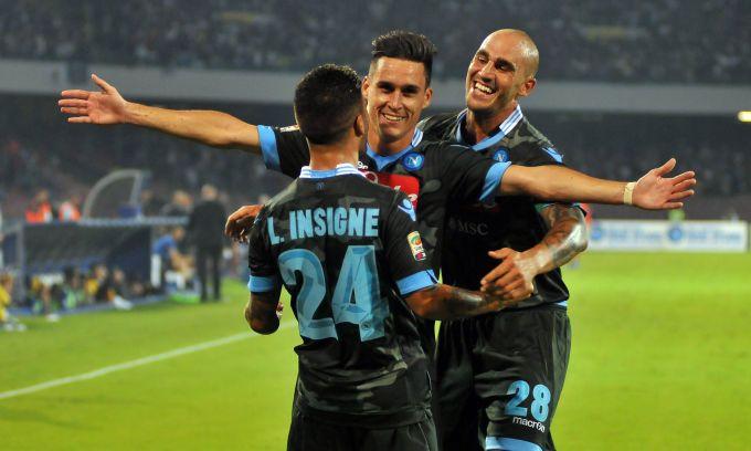 La squadra di Benitez batte 2-0 l'Atalanta al San Paolo. In gol anche Callejon
